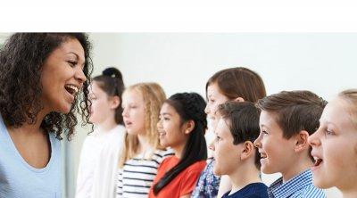 lerares die de kinderen enthousiast les geeft bij de cursus van teachsing kids